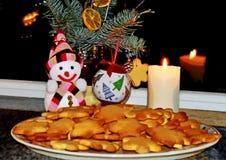 El árbol de navidad adornado con las bolas, galleta del pan de jengibre miente tradicionalmente en una placa, al lado de él coloc fotografía de archivo libre de regalías