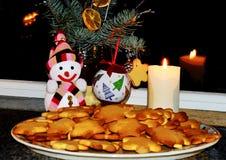 El árbol de navidad adornado con las bolas, galleta del pan de jengibre miente tradicionalmente en una placa, al lado de él coloc imagenes de archivo