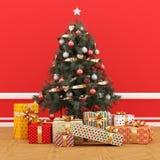 El árbol de navidad adornado en un cuarto rojo con el regalo embala Imagenes de archivo