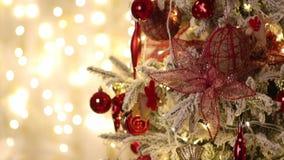 El árbol de navidad adornado está en el fondo de bombillas chispeantes almacen de video