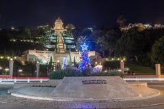 El árbol de navidad adornado fijó en el cuadrado de la UNESCO para la tolerancia y la paz delante del jardín de Bahai en Haifa en Imagen de archivo