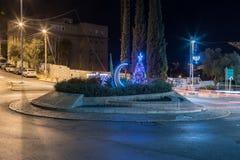 El árbol de navidad adornado, Hanukkah Menorah y el Crescentset musulmán en la UNESCO ajustan para la tolerancia y la paz delante Imágenes de archivo libres de regalías