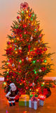 El árbol de navidad adornado rodeado por los regalos envueltos presenta Fotos de archivo libres de regalías