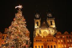 El árbol de navidad adornado se coloca en la plaza principal en Praga durante los días de fiesta del Año Nuevo Imagen de archivo