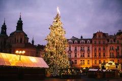 El árbol de navidad adornado se coloca en la plaza principal en Praga durante los días de fiesta del Año Nuevo Foto de archivo