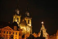 El árbol de navidad adornado se coloca en la plaza principal en Praga durante los días de fiesta del Año Nuevo Opinión de la noch Imágenes de archivo libres de regalías