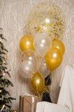 El árbol de navidad adornado Un sentido de la celebración Bolas decorativas de oro con las lentejuelas Foto de archivo libre de regalías