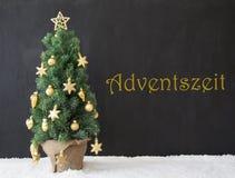 El árbol de navidad, Adventszeit significa a Advent Season, hormigón del negro Fotos de archivo