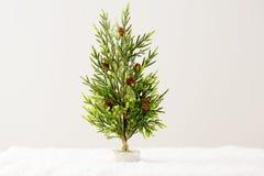 El árbol de navidad artificial está con los conos del pino Foto de archivo