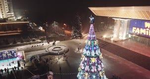 El árbol de navidad brilla intensamente en la noche Humor festivo Navidad almacen de video