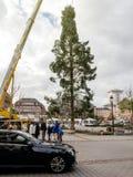 El árbol de navidad central instala Kleber en el lugar con el negro u del taxi Imagenes de archivo