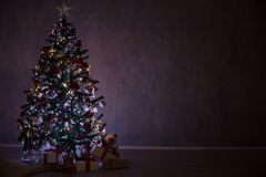 El árbol de navidad con las luces y las guirnaldas y los regalos se dirigen para la Navidad Fotos de archivo