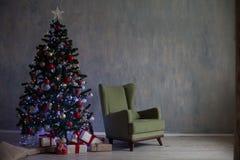 El árbol de navidad con las luces y las guirnaldas y los regalos se dirigen para la Navidad Imagen de archivo