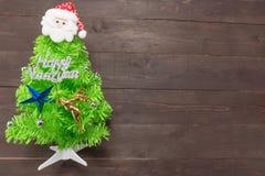 El árbol de navidad con masaje de la Feliz Año Nuevo y Papá Noel son o Fotos de archivo