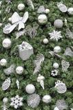 El árbol de navidad con plata adorna el fondo Fotografía de archivo libre de regalías