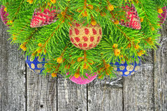 El árbol de navidad con un Año Nuevo juega en la textura de madera Imagenes de archivo