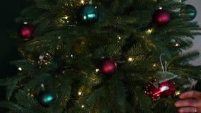El árbol de navidad de Dekorates coloreó el tren de coche de las bolas metrajes