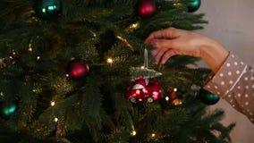 El árbol de navidad de Dekorates coloreó el tren de coche de las bolas almacen de metraje de vídeo