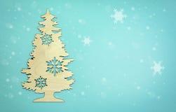 El árbol de navidad del fondo del Año Nuevo con nieve forma escamas en azul claro Fotos de archivo libres de regalías