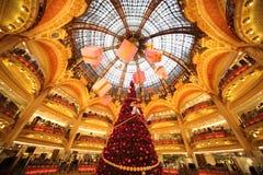 El árbol de navidad en Galeries Lafayette Foto de archivo
