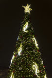 2014 - El árbol de navidad en la paz ajusta mercados de la Navidad en Praga en la noche Imagenes de archivo