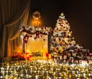 El árbol de navidad enciende el sitio interior, chimenea adornada de Navidad imagen de archivo