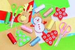 El árbol de navidad fácil adorna artes El árbol de navidad del fieltro, estrella, muñeco de nieve, ciervo diy, coloreó el hilo, f Imagenes de archivo