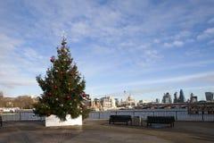 El árbol de navidad fijó en el banco del sur que pasaba por alto el río Támesis Imágenes de archivo libres de regalías