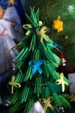 El árbol de navidad fue bautizado por los niños fotografía de archivo