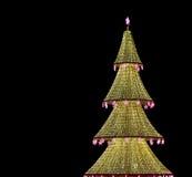 El árbol de navidad iluminó a los días de fiesta de la Navidad y del Año Nuevo en la noche en Moscú Foto de archivo libre de regalías
