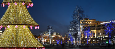 El árbol de navidad iluminó a los días de fiesta de la Navidad y del Año Nuevo en la noche en Moscú Fotografía de archivo