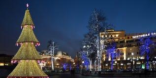 El árbol de navidad iluminó a los días de fiesta de la Navidad y del Año Nuevo en la noche en Moscú Imagenes de archivo