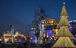 El árbol de navidad iluminó a los días de fiesta de la Navidad y del Año Nuevo en la noche en Moscú Imagen de archivo libre de regalías