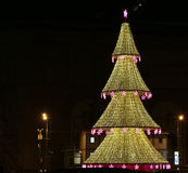 El árbol de navidad iluminó a los días de fiesta de la Navidad y del Año Nuevo en la noche en Moscú Imagen de archivo