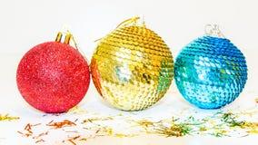 El árbol de navidad juega bolas en el fondo blanco Decoraciones de la Navidad por Año Nuevo Tema de Navidad Fotografía de archivo