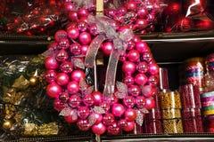 El árbol de navidad juega diversas bolas de los colores en un fondo oscuro, fondo de los días de fiesta del Año Nuevo de la Navid Fotografía de archivo libre de regalías