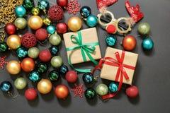 El árbol de navidad juega las bolas, regalos, máscara de los ciervos en fondo oscuro Imagenes de archivo