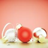 El árbol de navidad juega - rojo y las bolas del oro y protagoniza en la pared roja b Imagen de archivo