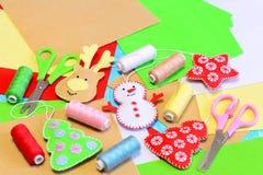 El árbol de navidad lindo adorna artes El árbol de navidad relleno del fieltro, estrella, muñeco de nieve, ciervo diy, coloreó el Foto de archivo libre de regalías