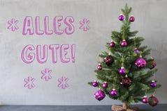 El árbol de navidad, pared del cemento, Alles Gute significa recuerdos Fotos de archivo