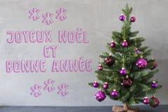 El árbol de navidad, pared del cemento, Bonnee Annee significa Año Nuevo Foto de archivo