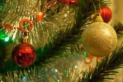 El árbol de navidad se adorna con las bolas Imagen de archivo libre de regalías