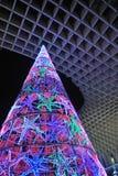 El árbol de navidad se encendió para arriba, Sevilla, Andalucía, España imagen de archivo libre de regalías
