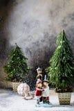 El árbol de navidad, una figura de cerámica, la Navidad juega en un fondo gris con un divorcio Foto de archivo libre de regalías