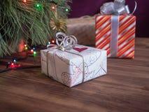 El árbol de navidad verde adornado con los juguetes y la guirnalda llevó luces Encajona los regalos Fotos de archivo