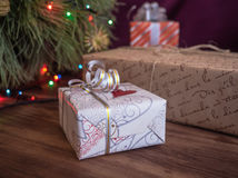 El árbol de navidad verde adornado con los juguetes y la guirnalda llevó luces Encajona los regalos Imagen de archivo libre de regalías
