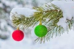 El árbol de pino adornado por un newear juega Fotografía de archivo