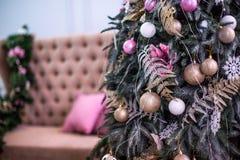 El árbol del Año Nuevo adornado con el azul juega los regalos y las bolas La Navidad, Feliz Año Nuevo Imagen de archivo libre de regalías