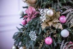El árbol del Año Nuevo adornado con el azul juega los regalos y las bolas La Navidad, Feliz Año Nuevo Fotografía de archivo libre de regalías