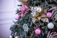 El árbol del Año Nuevo adornado con el azul juega los regalos y las bolas La Navidad, Feliz Año Nuevo Fotos de archivo